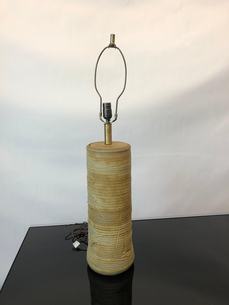 This vintage 1960s ceramic lamp by Bob Kinzie for Affiliated Craftsmen is in excellent condition overall. Shows wear consistent to age and use, circa 1960s, USA. Dimensions: 8.5