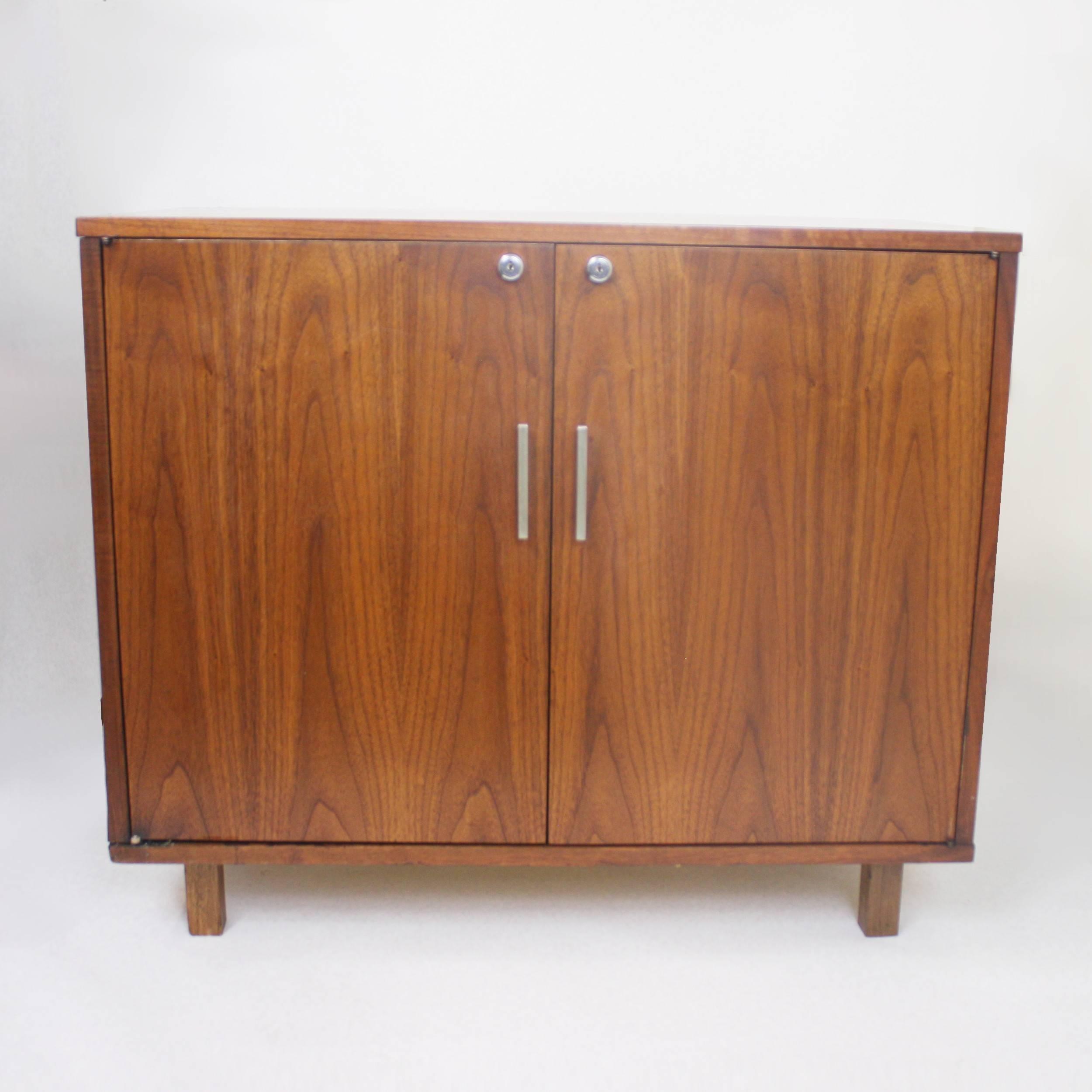 American Vintage 1960u0027s Mid Century Modern Walnut Mini Bar Fridge Liquor  Cabinet For Sale