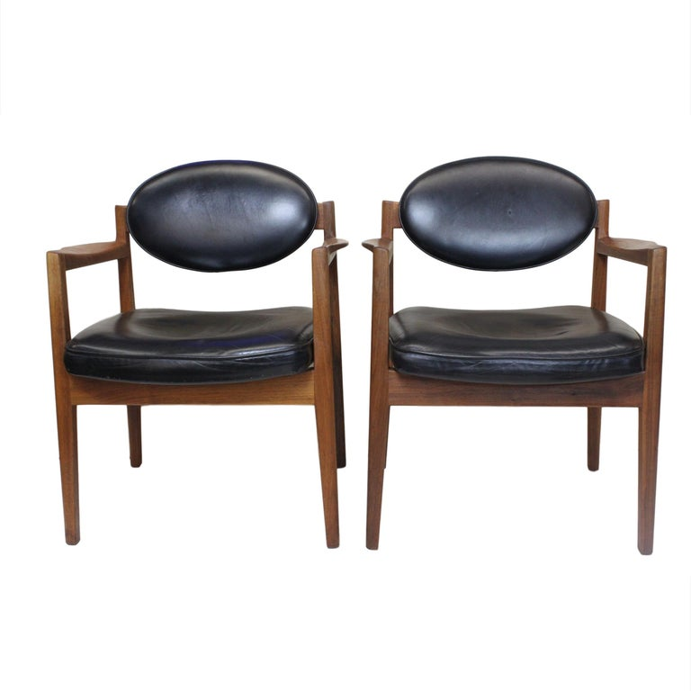 Vintage 1960s Walnut Executive Desk and Black Leather Guest Chairs by Jens Risom For Sale 3