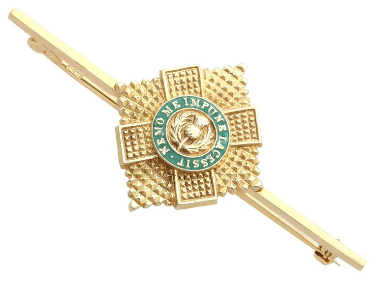 1960s Yellow Gold and Green Enamel Scots Guard Brooch In Excellent Condition For Sale In Jesmond, Newcastle Upon Tyne