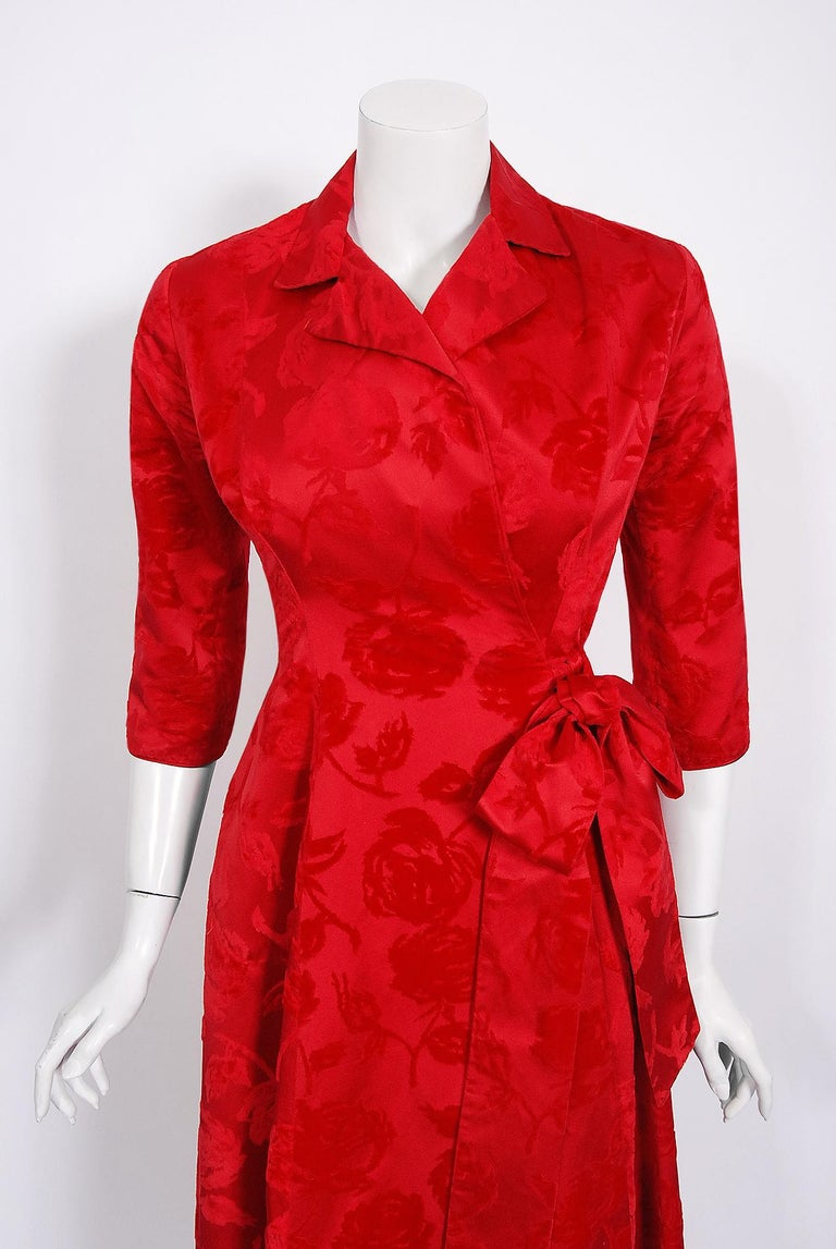 Vintage 1962 Juel Park of Beverly Hills Red Roses Flocked Satin Dressing Gown In Good Condition For Sale In Beverly Hills, CA