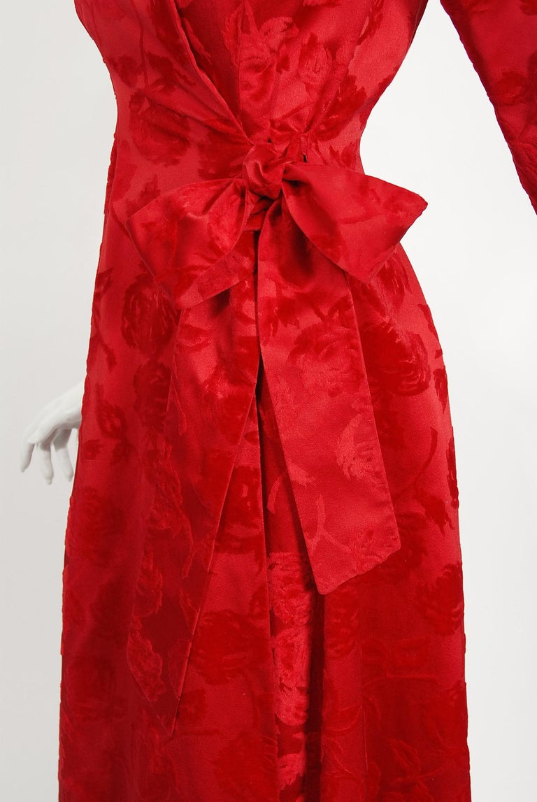 Vintage 1962 Juel Park of Beverly Hills Red Roses Flocked Satin Dressing Gown For Sale 1
