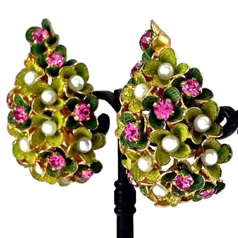 Vintage 1967 CHRISTIAN DIOR Cluster Enamel Flower Pearl Rhinestone Earrings In Excellent Condition For Sale In Kingersheim, Alsace