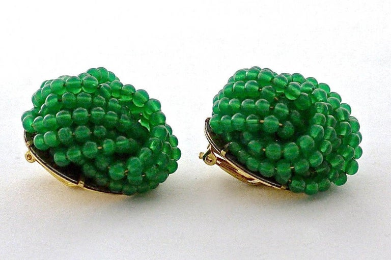 Vintage 1967 CHRISTIAN DIOR Knotted Emerald Glass Beads Earrings In Good Condition For Sale In Kingersheim, Alsace