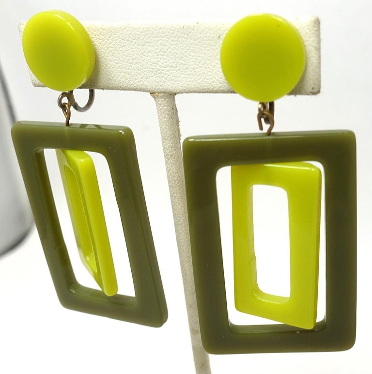 Vintage 1970s Green Plastic Dangle Earrings In Good Condition For Sale In New York, NY