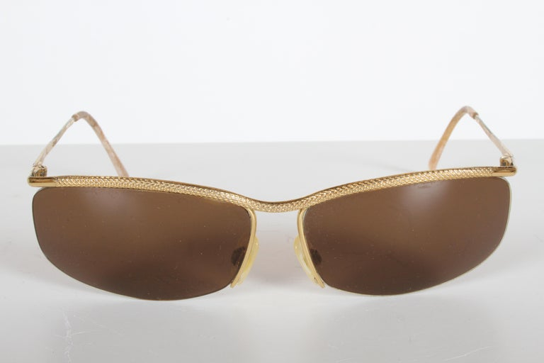 Classic 1970s vintage Gucci wrap sunglasses or eyewear, plated in 22-karat gold with brown plastic lenses, with nice knurled texture to front of frames. Some wear to gold plating, also to ear pieces. Otherwise in fine vintage condition. Gucci logo