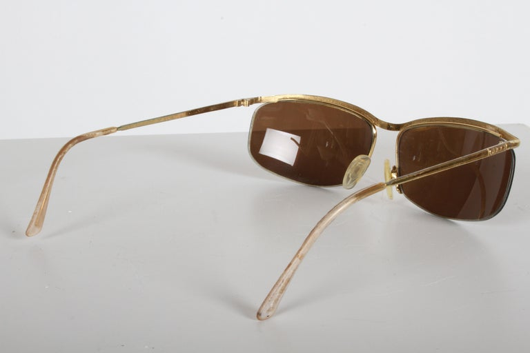 Vintage 1970s Gucci 22-Karat Gold-Plated Wrap Sunglasses with Brown Lenses Italy In Good Condition For Sale In St. Louis, MO