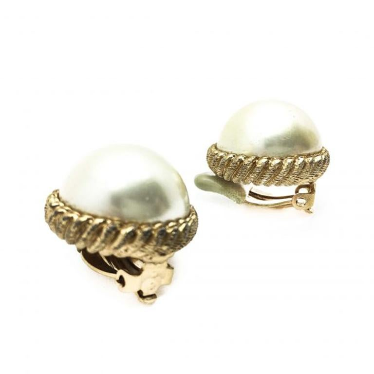 A true classic! A pair of 1980s vintage Ciner Pearl earrings featuring a wonderful half pearl in the style of a precious Mabe Pearl. Set in gold plated crimped design metalware. In very good vintage condition without damage or repair. The pearls are