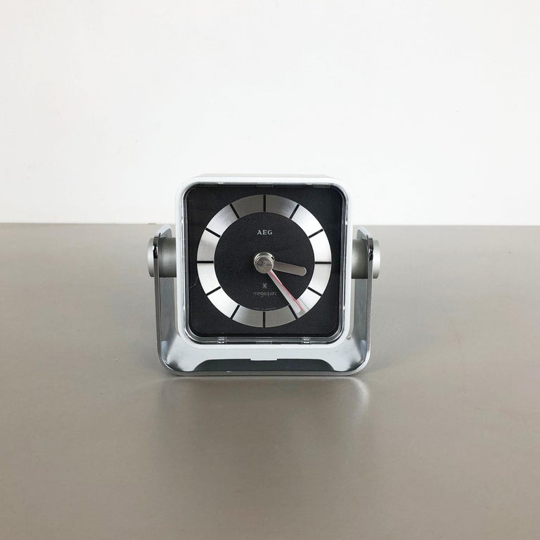 Vintage 1980s Modernist Space Age Megaquarz Metal Table Clock by AEG, Germany In Good Condition For Sale In Kirchlengern, DE