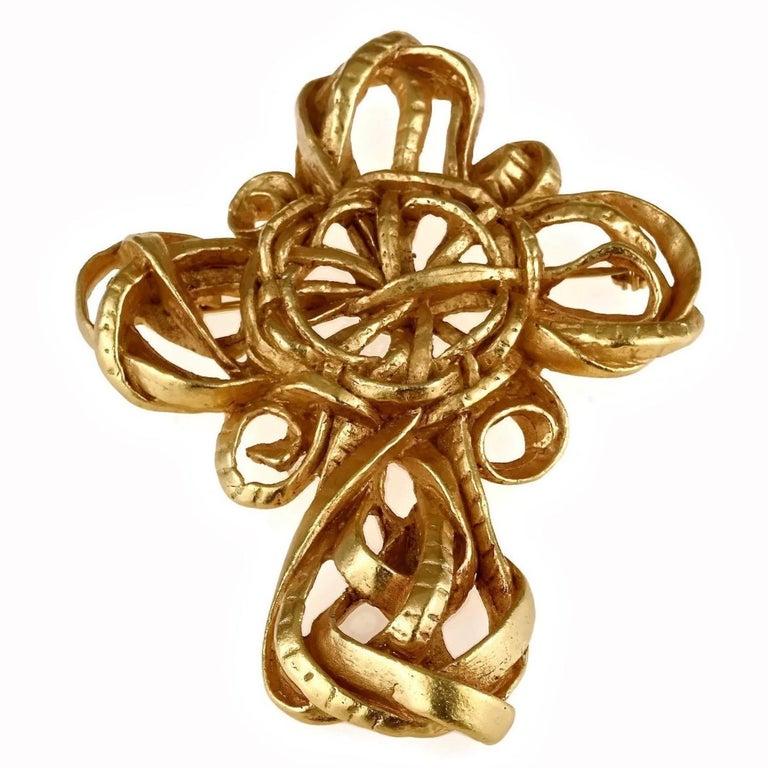 Vintage 1994 CHRISTIAN LACROIX Torsade Cross Brooch Pendant Necklace  Measurements: Height : 3.54 inches (9 cm) Width: 2.75 inches (7 cm)  Features: - 100% Authentic CHRISTIAN LACROIX. - Chunky cross brooch/ pendant necklace in torsade pattern. -