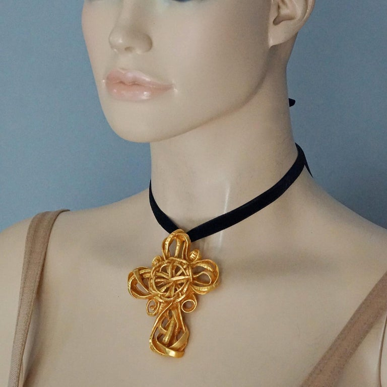 Vintage 1994 CHRISTIAN LACROIX Torsade Cross Brooch Pendant Necklace For Sale 2