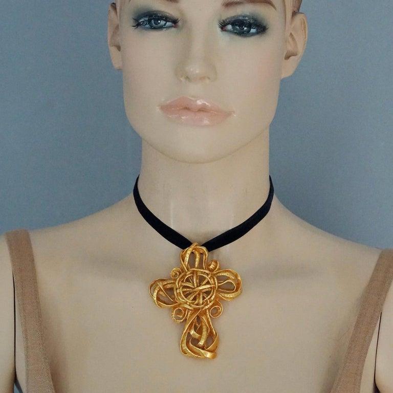 Vintage 1994 CHRISTIAN LACROIX Torsade Cross Brooch Pendant Necklace For Sale 3