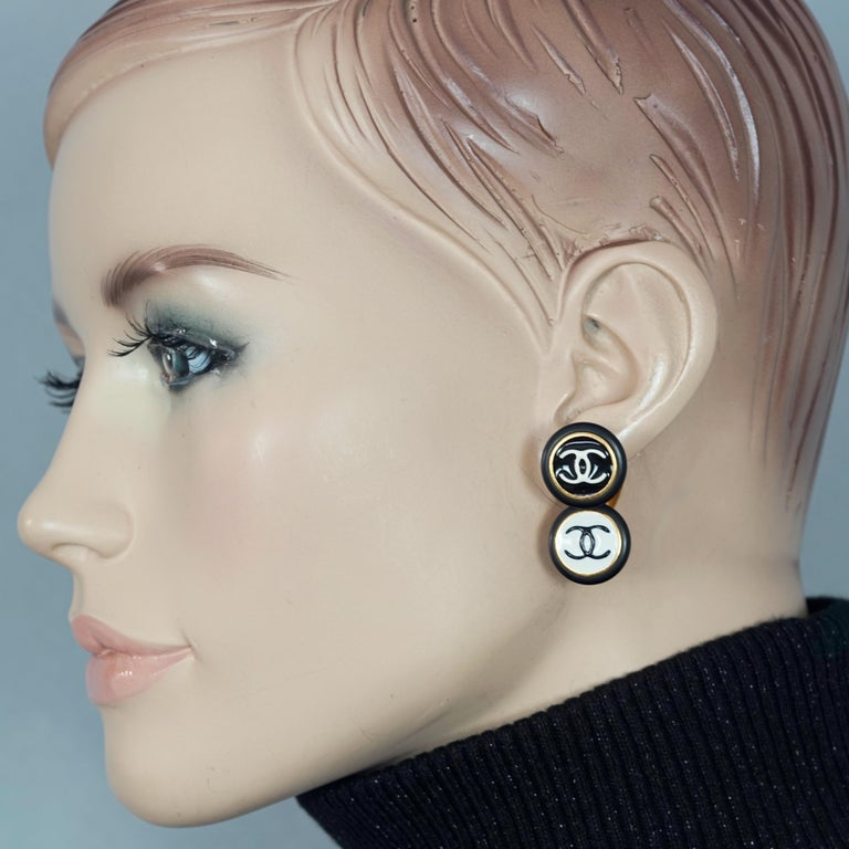 Vintage 1995 CHANEL Logo Double Disc Black and White Enamel Earrings  Measurements: Height: 1.34 inches (3.4 cm) Width: 0.71 inch (1.8 cm) Weight per Earring: 11 grams  Features: - 100% Authentic CHANEL. - Double disc black and white enamel CC