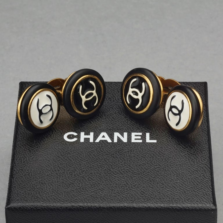 Vintage 1995 CHANEL Logo Double Disc Black and White Enamel Earrings In Excellent Condition For Sale In Kingersheim, Alsace