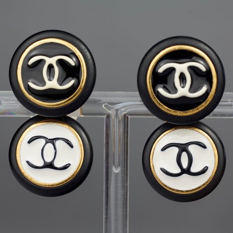 Women's Vintage 1995 CHANEL Logo Double Disc Black and White Enamel Earrings For Sale