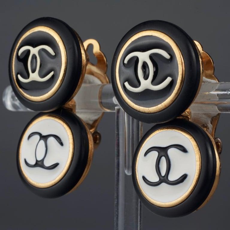 Vintage 1995 CHANEL Logo Double Disc Black and White Enamel Earrings For Sale 1