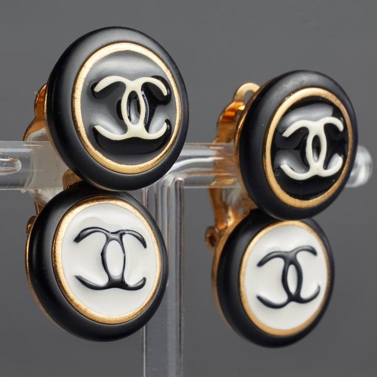 Vintage 1995 CHANEL Logo Double Disc Black and White Enamel Earrings For Sale 2