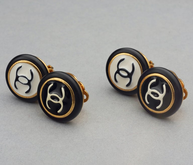 Vintage 1995 CHANEL Logo Double Disc Black and White Enamel Earrings For Sale 3
