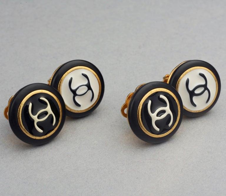 Vintage 1995 CHANEL Logo Double Disc Black and White Enamel Earrings For Sale 4