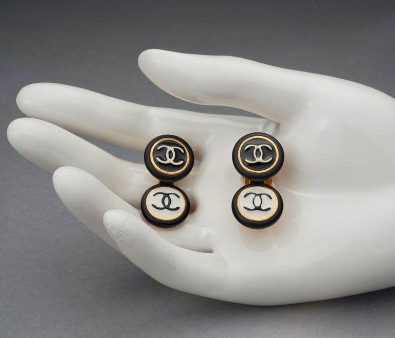 Vintage 1995 CHANEL Logo Double Disc Black and White Enamel Earrings For Sale 5