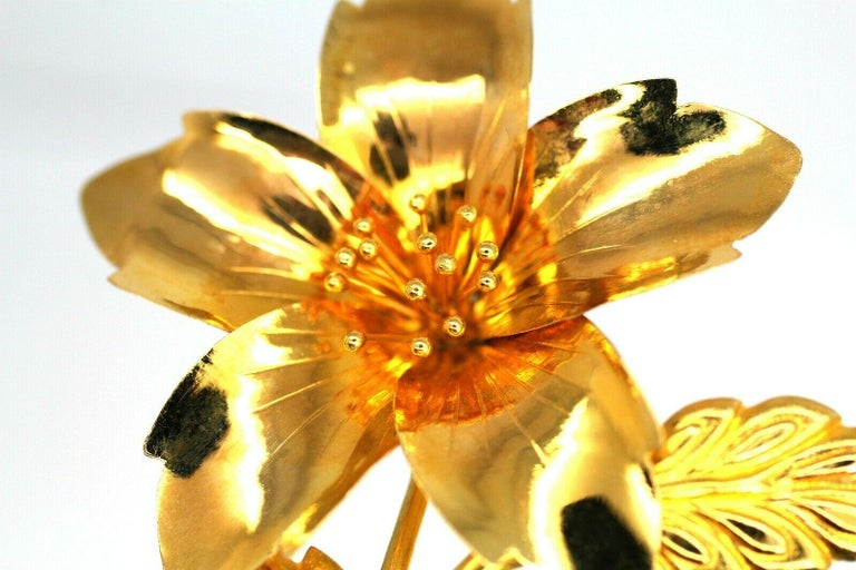 Vintage 20 Karat Yellow Gold Flower Pin Brooch 5.3gr In Excellent Condition For Sale In Los Angeles, CA