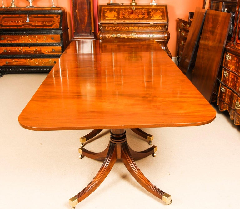Vintage 3 Pillar Dining Table by William Tillman & 12 dining chairs 20th C In Good Condition For Sale In London, GB