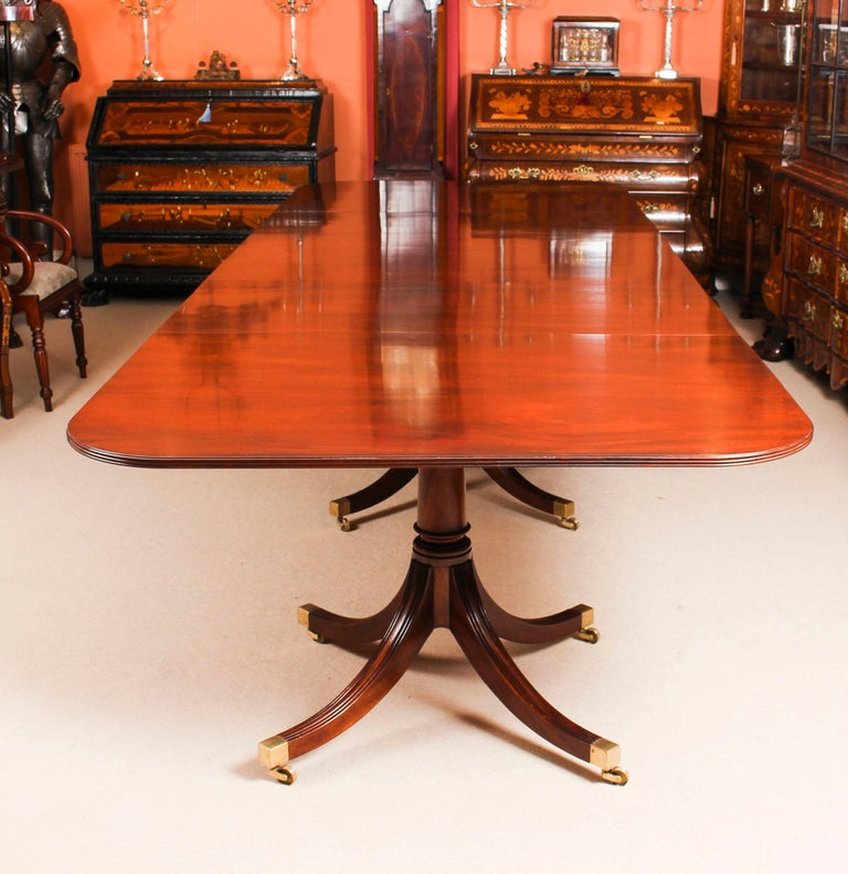 3 Pillar Dining Table by William Tillman 20th Century & 10 Chairs 19th Century In Good Condition In London, GB