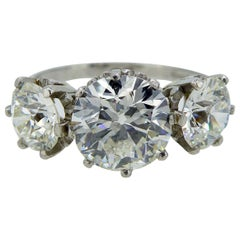 Vintage 3.09 Carat Diamond Ring, Three-Stone Setting, Platinum, circa 1940s