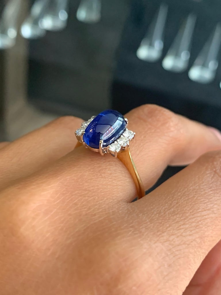 Vintage 5.10 Carat Cabouchon Blue Sapphire and Diamond 18 Carat Gold Ring In Good Condition For Sale In London, GB