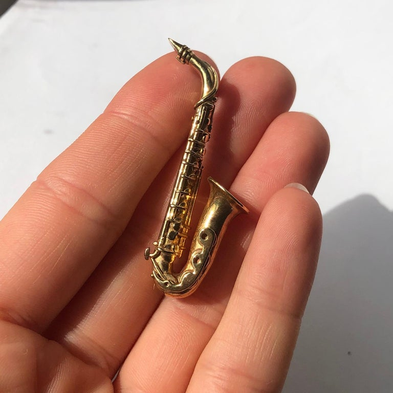 Vintage 9 Carat Gold Saxophone Brooch In Excellent Condition For Sale In Chipping Campden, GB