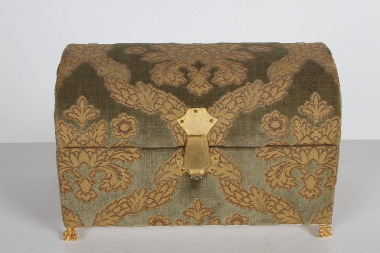 Glamorous Hollywood Regency vintage casket form jewelry box or treasure chest, signed A. Antinori Roma, covered in Italian made Jacquard velvet with gold thread on 22-karat plated paw feet, carrying handles and locking clasp. The luxurious interior