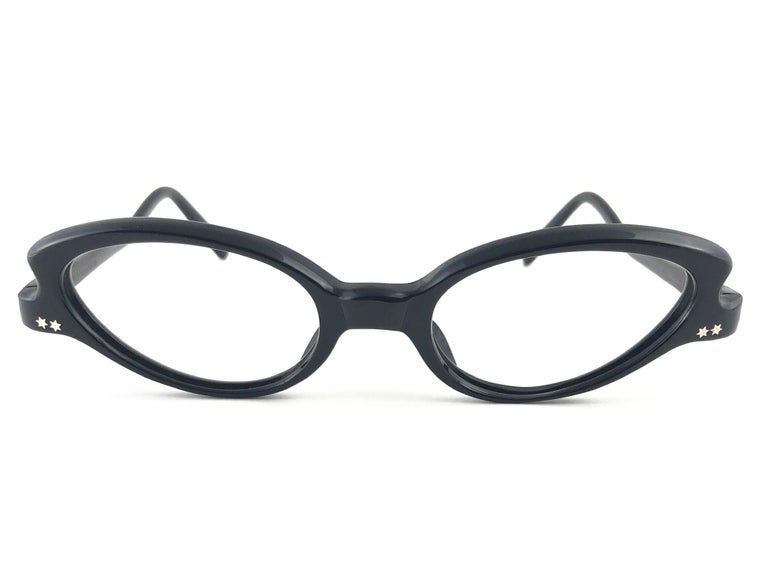 New Vintage A. Paulette Timeless Cateye Sunglasses 1960'S Made In France.   Paulette Guinet was alongside Oliver Goldsmith And Pierre Marly the big European names In eyeglasses fashion.  New, Never Worn  Made In France.    Front : 13 Cms  Lens