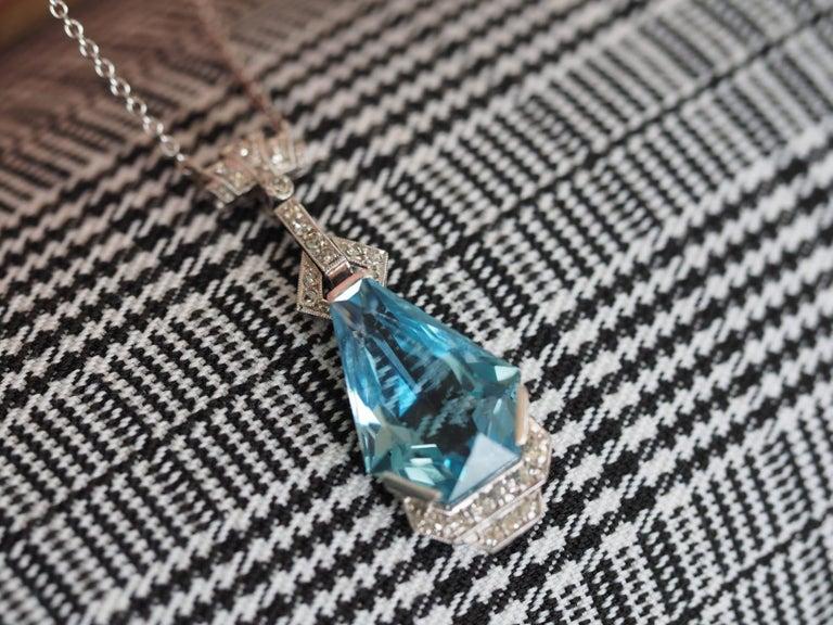 Vintage Art Deco 10 Carat Coffin Cut Aquamarine Platinum Dangle Necklace In Excellent Condition For Sale In Addison, TX