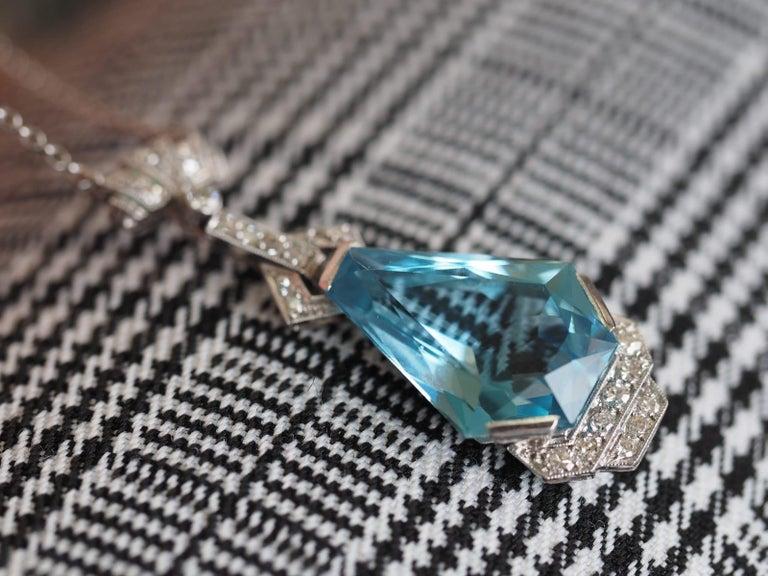 Vintage Art Deco 10 Carat Coffin Cut Aquamarine Platinum Dangle Necklace For Sale 1