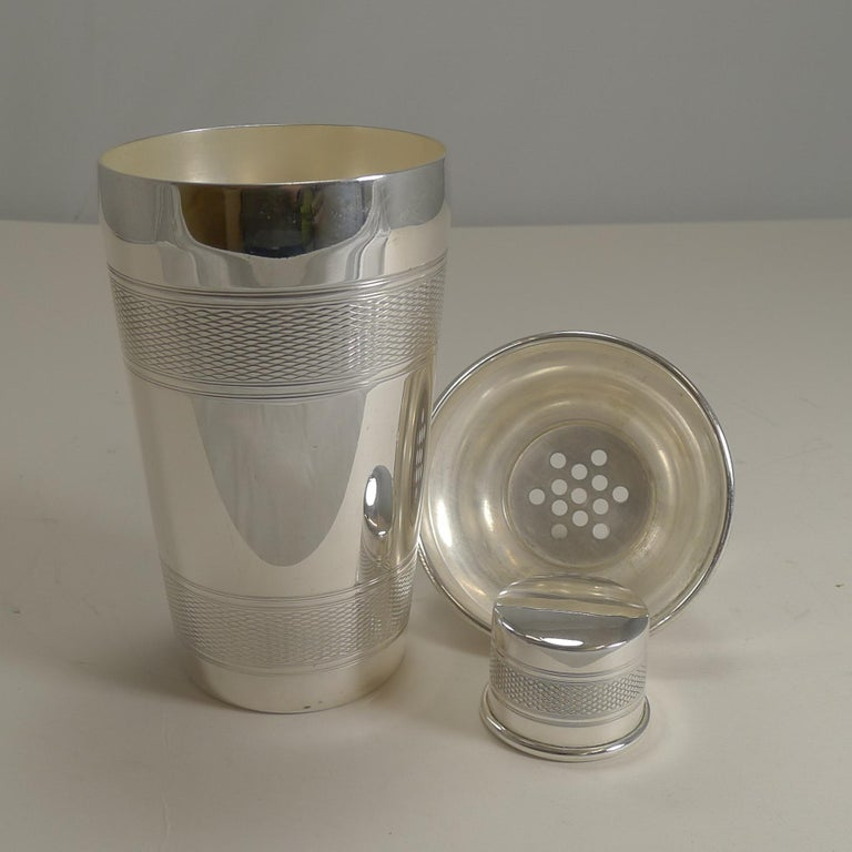 Vintage Art Deco Silver Plated Cocktail Shaker, Engine Turned Decoration For Sale 4