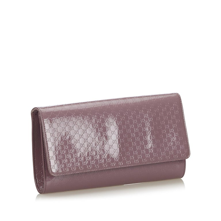 The Broadway clutch features a patent leather body, top flap with magnetic closure and an interior zip pocket. It carries as AB condition rating.  Inclusions:  This item does not come with inclusions.  Dimensions: Length: 16.00 cm Width: 29.00