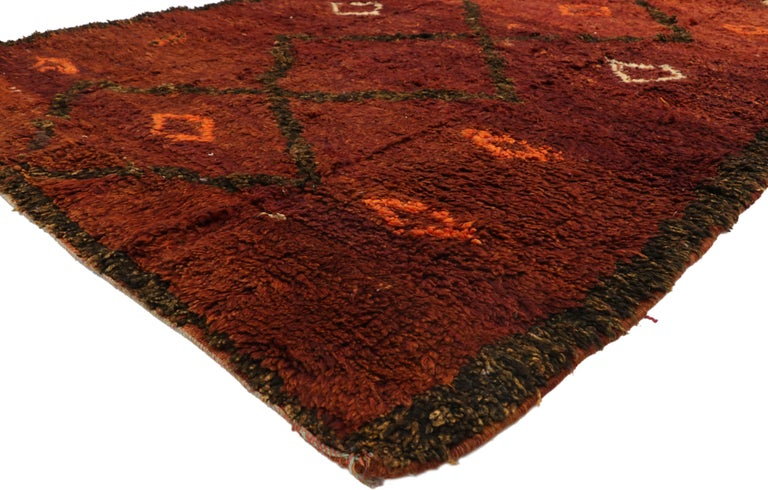 20947, vintage Berber Moroccan Beni M'Rirt rug with a Warm Mid-Century Modern style 06'00 x 10'08. With rich waves of Abrash and a plush pile, this hand knotted wool vintage Moroccan Beni Mrirt rug beautifully showcases a warm luminous glow and a