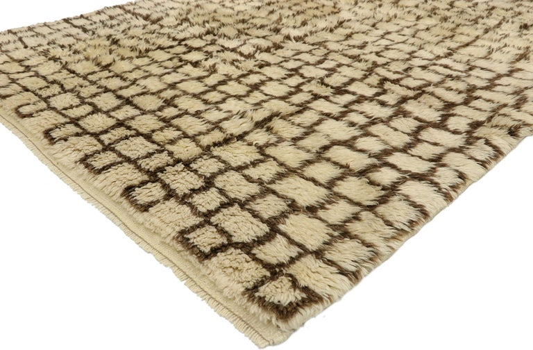 52713, vintage Berber Moroccan rug with Modernist Bauhaus style and Cubism Design. With its plush pile and Cubism style grid pattern, this hand knotted wool vintage Berber Moroccan rug provokes and challenges the traditional dogma of harmony and