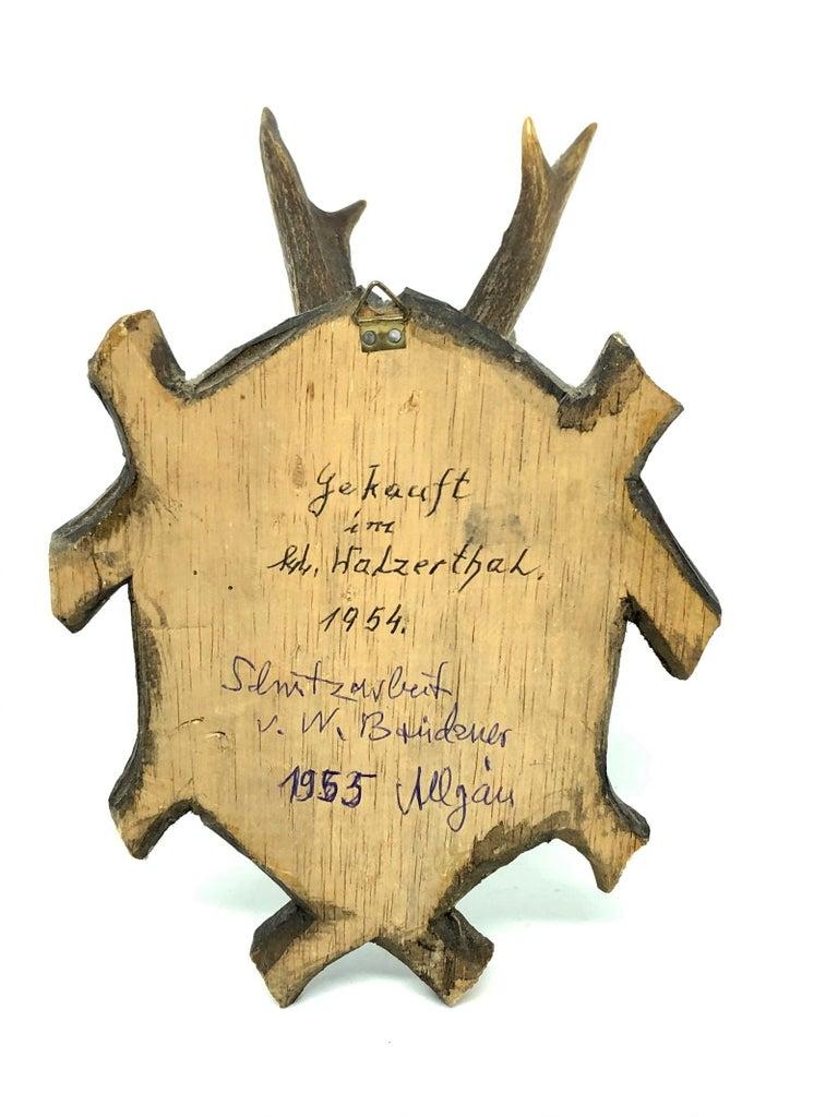 Vintage Black Forest Deer Antler Trophy on Wood Carved Plaque, German, 1950s In Good Condition For Sale In Nürnberg, DE