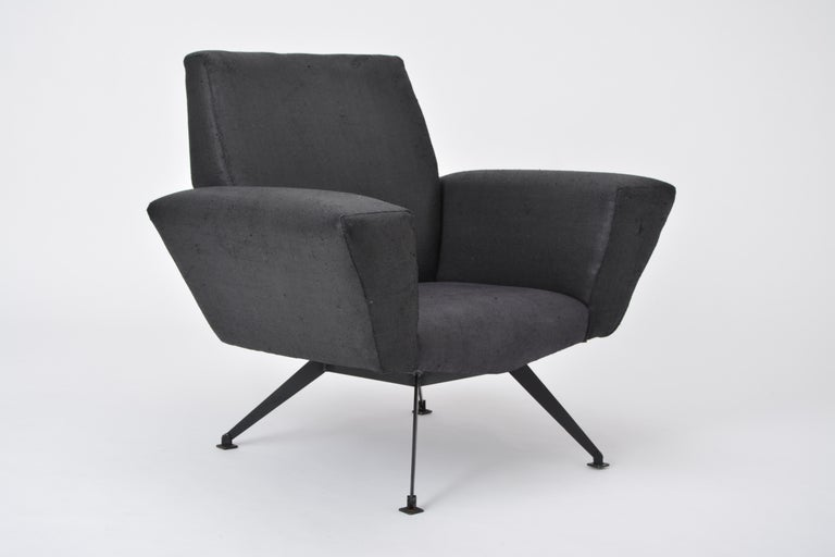 Lounge chair model 548 produced by Lenzi in Italy in the 1960s. The structure is made of lacquered metal. The upholstery is in good condition, the fabric is worn (see detail photos).