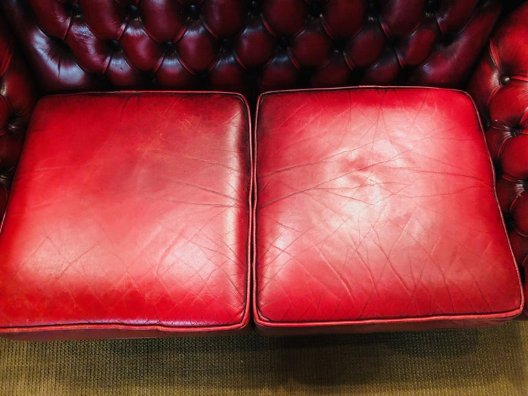 Vintage Bordeau Leather Chesterfield Tufted Wingback Two-Seat Sofa In Good Condition For Sale In Berlin, DE