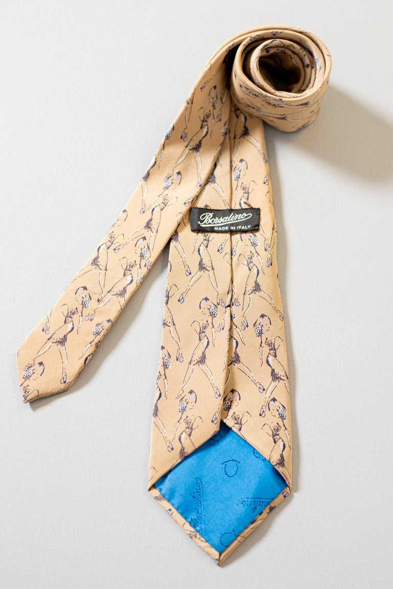 Particular vintage tie designed by Borsalino, it is made of 100% silk, for this reason the fabric is very soft. Decorated with drawings of the profile of a woman walking on a beige background, the beauty of this accessory lies precisely in these