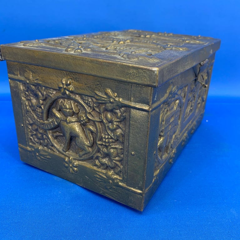 Vintage Brass Jewelry Box With Religious Scenes In Good Condition For Sale In Haddonfield, NJ