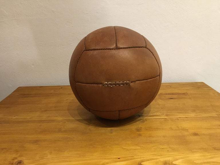 Vintage Brown Leather Medicine Ball, 2kg, 1930s In Good Condition For Sale In Wien, AT