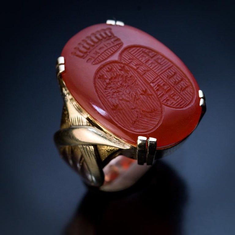 Vintage Carnelian Armorial Intaglio Unisex Gold Signet Ring In Excellent Condition For Sale In Chicago, IL