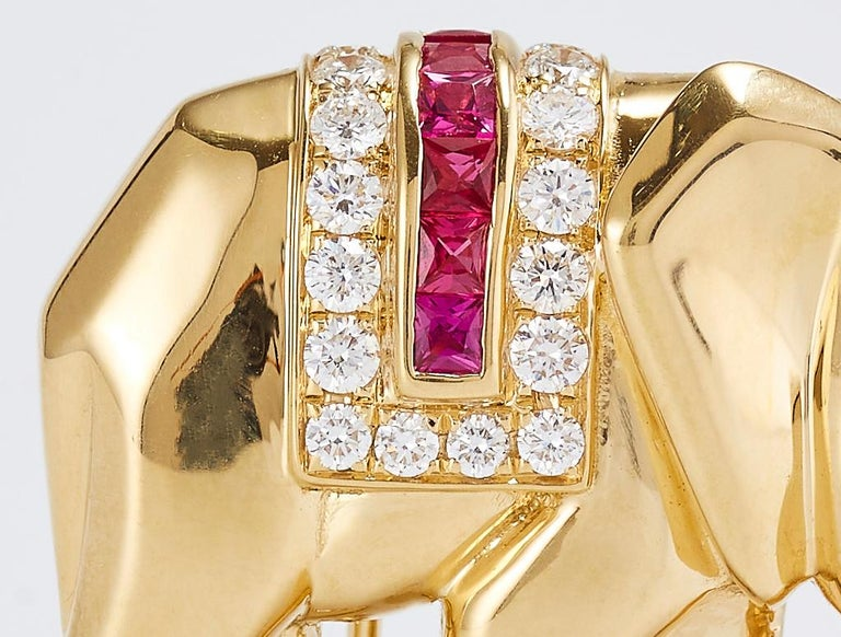 Vintage Cartier Elephant Pin/Brooch in Yellow Gold with Diamond Ruby and Emerald In Excellent Condition For Sale In Tel Aviv, IL