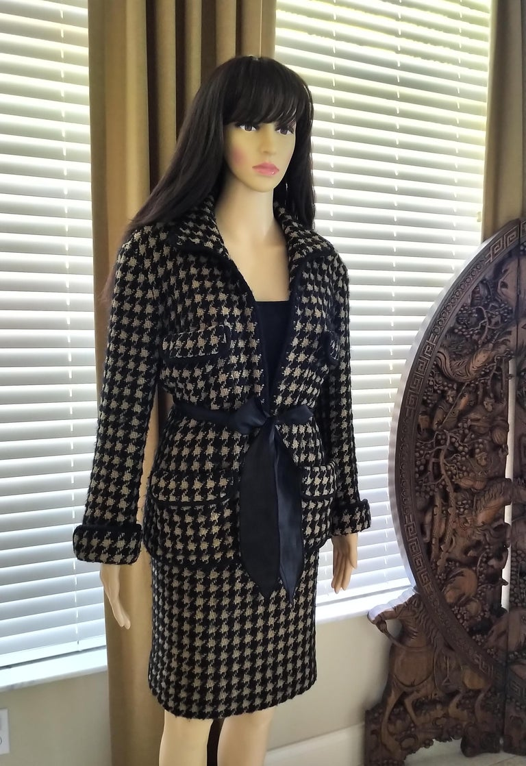 Vintage Chanel 1990's Black & Tan Fantasy Tweed Jacket Skirt Suit FR 40/ US 8 In Good Condition For Sale In Ormond Beach, FL