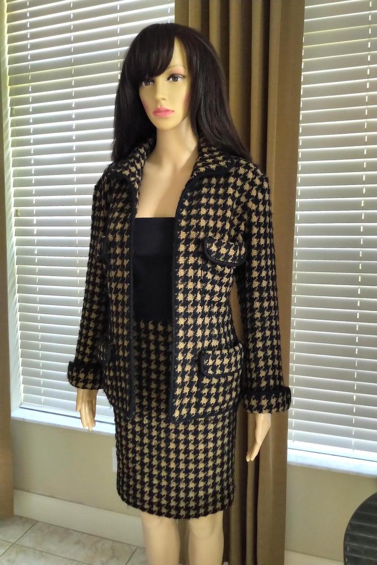 Vintage Chanel 1990's Black & Tan Fantasy Tweed Jacket Skirt Suit FR 40/ US 8 For Sale 7