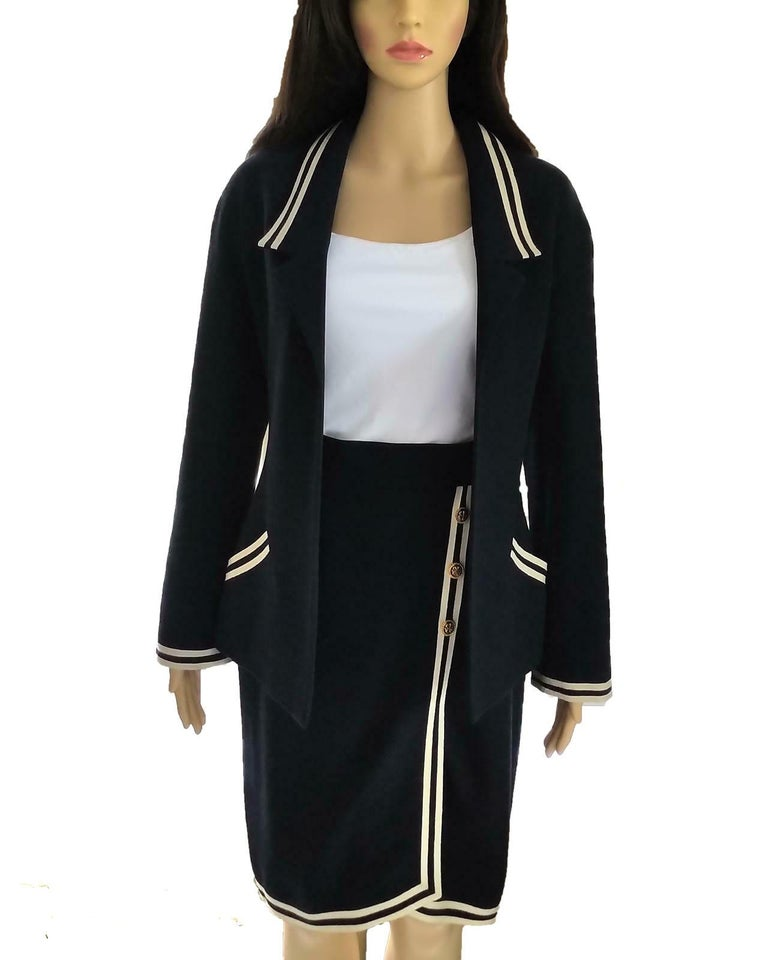 Ultra rare & classic, Chanel navy & ivory tweed & grosgrain jacket & skirt suit in size FR 34/ US 2. Will also fit a size FR 36/ 4 due to cut. Eternally timeless & sophisticated, with nautical undertones & Côte d'Azur flair. Meticulously cut, tapers