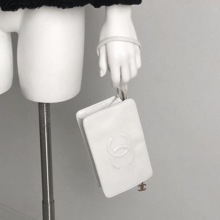 Vintage Chanel Bag CC Logo Matelasse Clutch Wristlet White Leather Evening Bag In Good Condition In Port Saint Lucie, FL